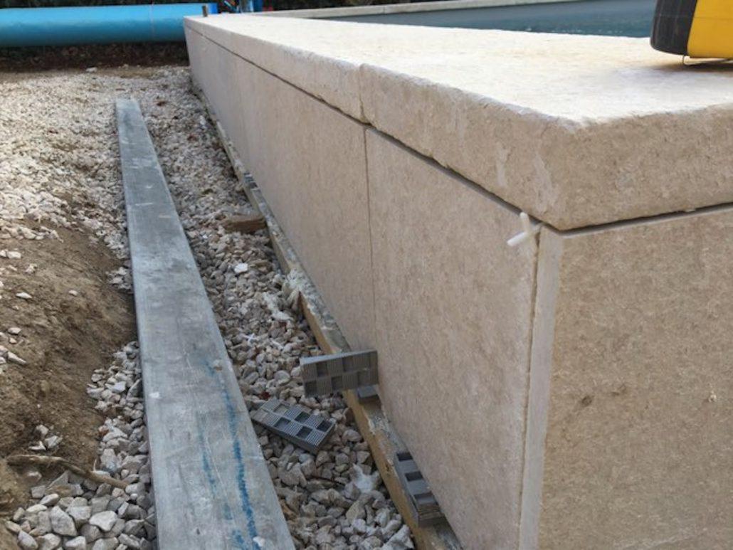 margelle piscine pierre reconstituée